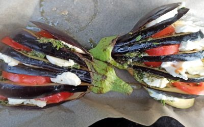 Gefächerte Aubergine mit Tomate-Mozzarella und Möhrengrün-Pesto