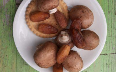 Pilz-Tarte mit Fetacreme und Datteln