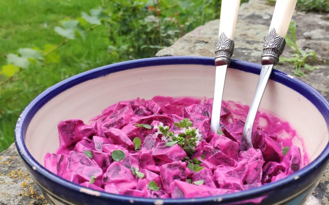 Rote Bete Salat mit Knobi, Crème fraîche und knusprigen Kartoffelspalten