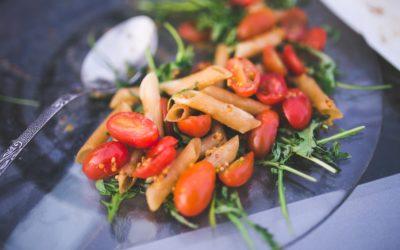 Mediterraner Nudelsalat mit Rucola und Tomaten