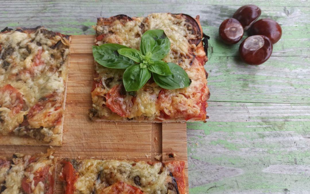 Leckere Pizza mit Auberginen, Pesto & Tomaten
