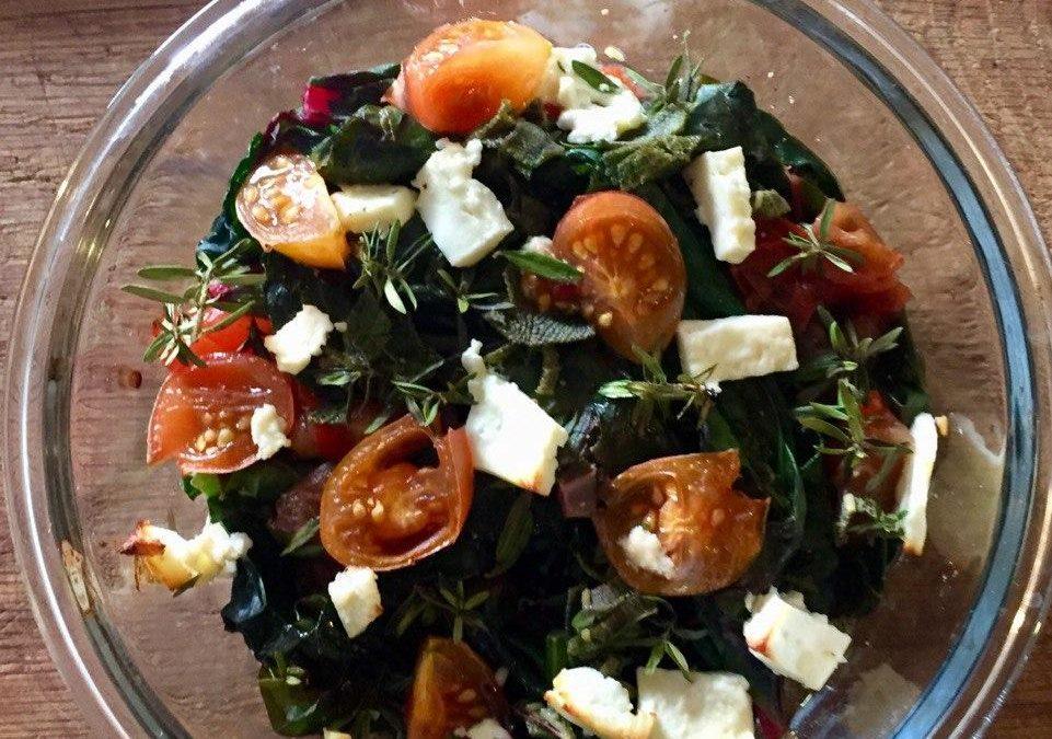 Überbackener Mangold mit frischen Tomaten, Feta und Kräutern