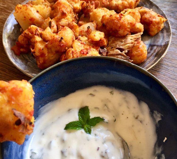 Knusprige Blumenkohl-Nuggets mit frischem Joghurt-Minz-Dip