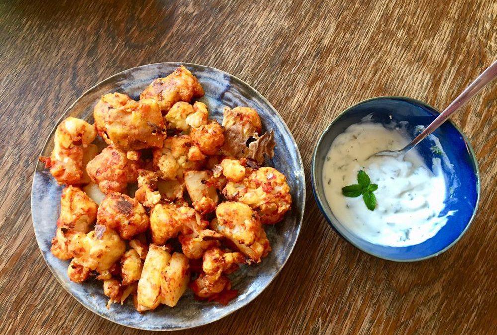 Knusprig gebackene Blumenkohl-Nuggets mit Joghurt-Minz-Dip
