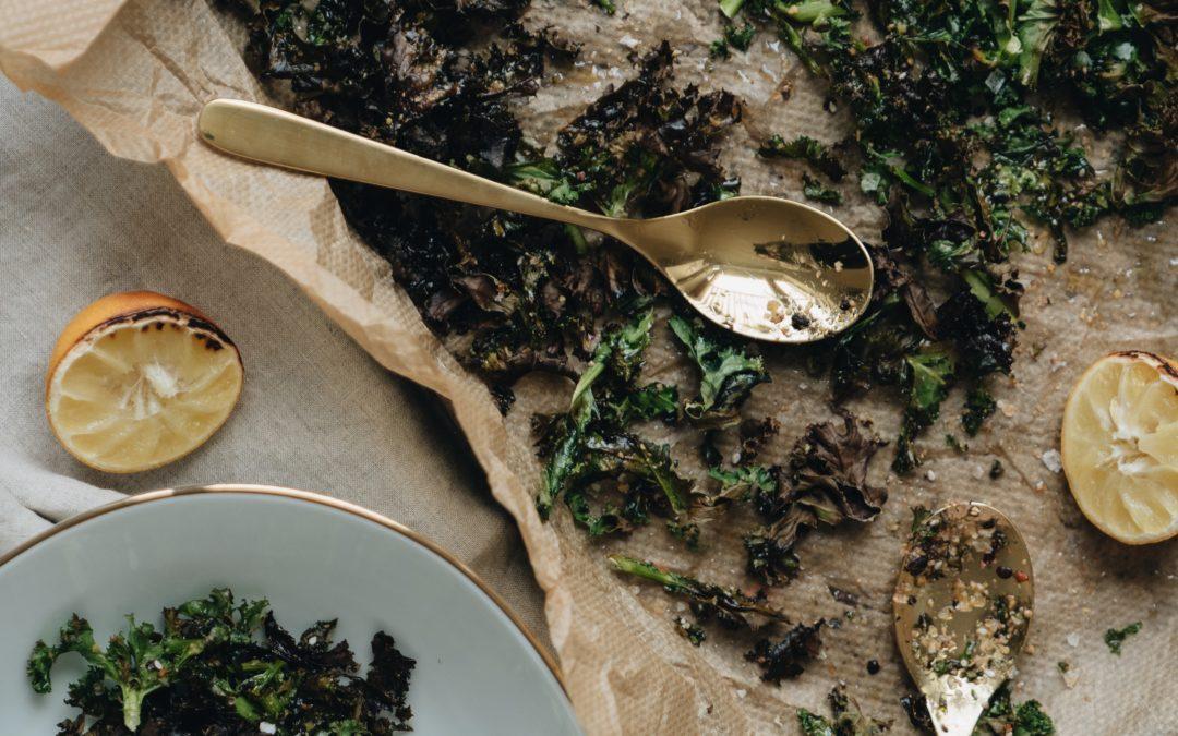 Superfood-Knabberei: knusprige Grünkohlchips- schnell & einfach