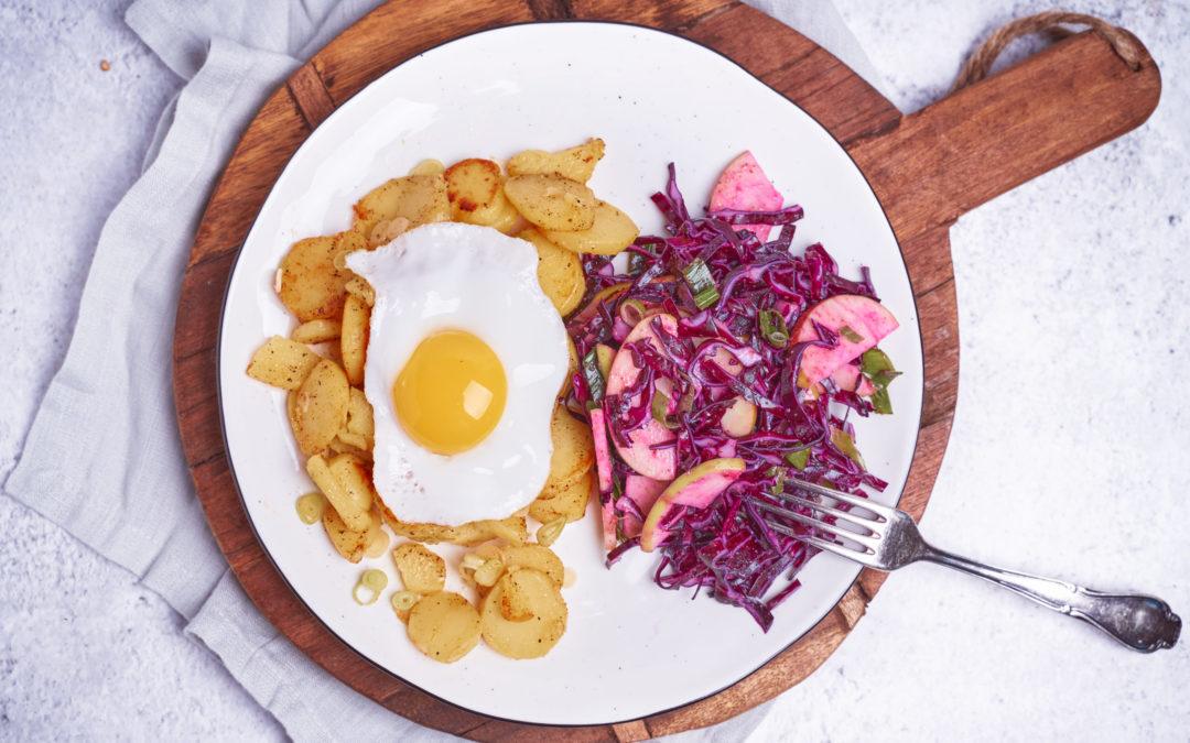 Fruchtiger Rotkohl-Apfel-Salat mit Bratkartoffeln & Spiegelei