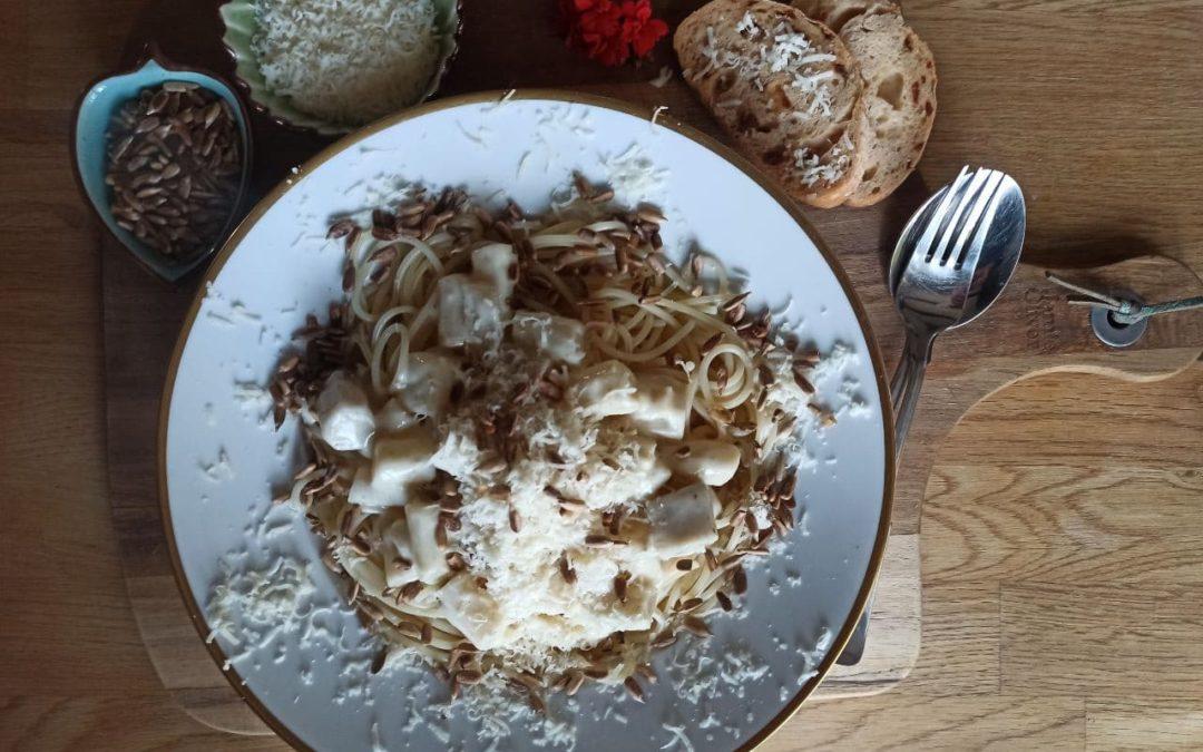 Cremige Schwarzwurzel-Pasta mit Rahmsoße & gerösten Kernen