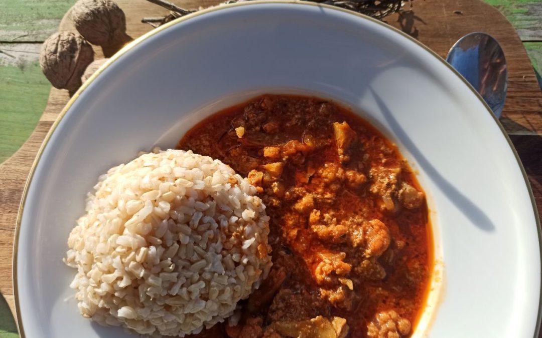 Kokos-Blumenkohl-Curry mit Ingwer, dazu Naturreis