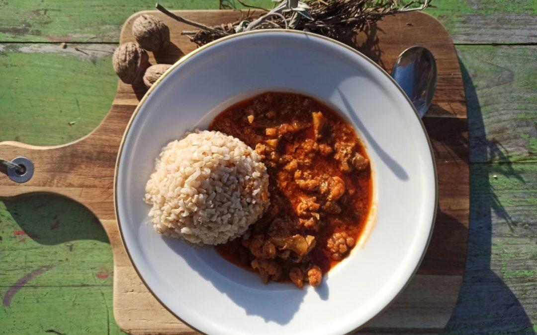 Kokos-Blumenkohlcurry mit Ingwer, dazu Naturreis