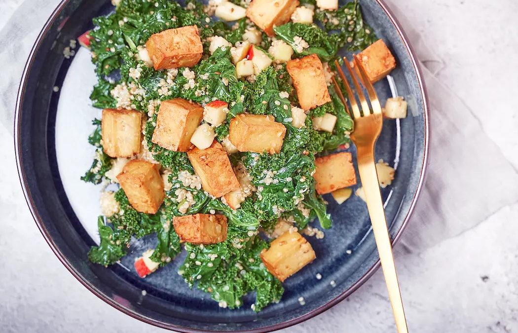Grünkohlsalat mit Quinoa, Apfel & Tofu