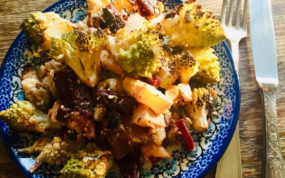 Soulfood-Salat mit gebackenem Romanesco, Roter Bete und Nüssen