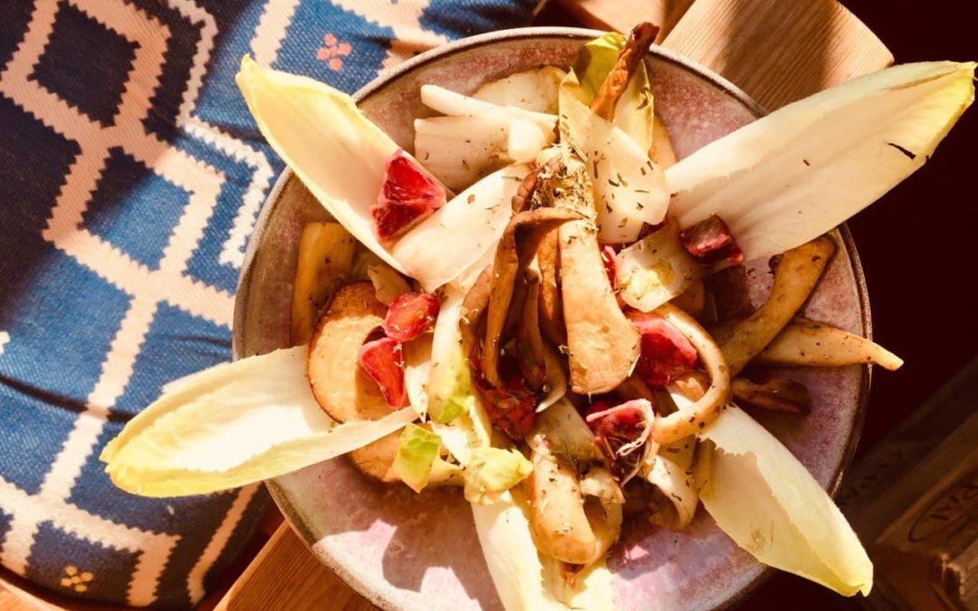 Zarter Chicorée-Salat mit gebratenen Kräuterseitlingen und Blutorange