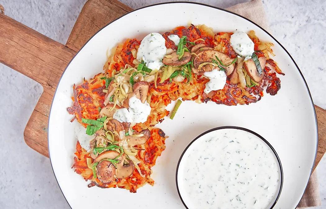 Kartoffel-Möhren-Rösti mit Champignons und Joghurt-Dip