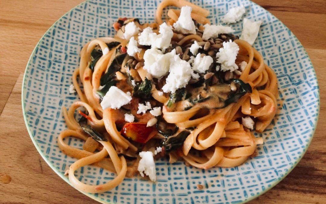 Schnelle Pasta mit Spinat, getrockneten Tomaten & Feta