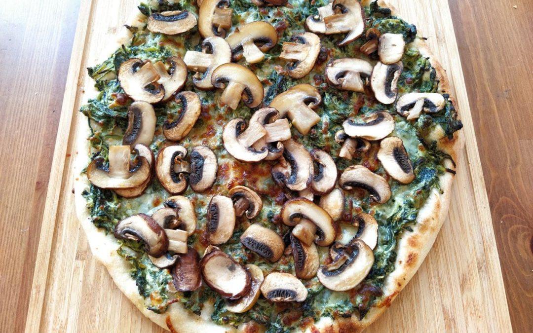 Spinat-Pizza mit Pilzen & Knoblauch