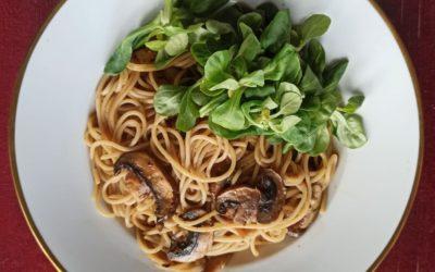 Schnelle Pilz-Pasta mit frischem Saisonsalat
