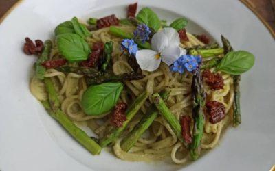 Pasta mit grünem Spargel & getrockenten Tomaten in cremiger Pesto-Soße