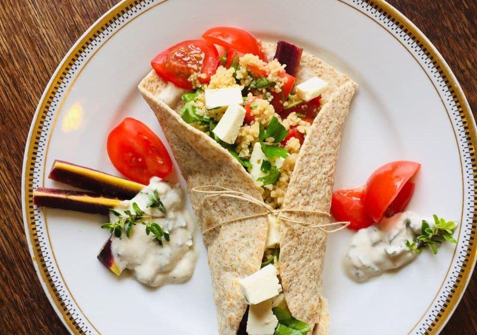 Sommergemüse-Wraps mit Couscous und frischem Kräuter-Dressing