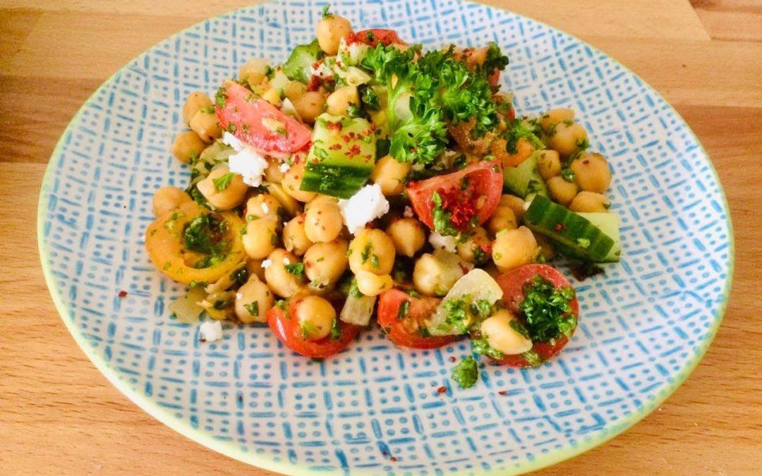 Kichererbsen- Sattmacher-Salat mit knackigem Gemüse